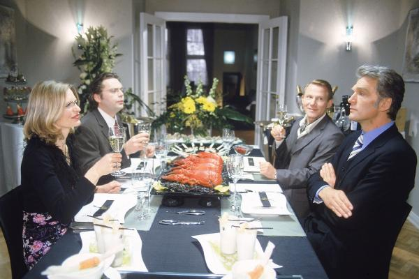 Bild 1 von 9: Dr. Schmidt (Walter Sittler, re.) hat ein Luxusdinner für die Mitglieder eines renomierten Ärzteclubs organisiert. Doch seine Gäste haben kurzfristig abgesagt. Um die kostbaren Speisen jedoch nicht verkommen zu lassen verdonnert Schmidt seine Assistenzärzte (v.li.) Dr. Borstel (Kerstin Thielemann), Dr. Brummel (Roland Jankowsky) und Dr. Pfund (Alexander Schottky) kurzerhand bei ihm zu essen.