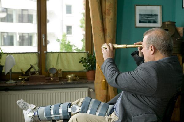 Bild 1 von 10: Wilsberg (Leonard Lansink) auf Beobachtungsposten. Von Anna Springers Wohnung hat er beste Aussicht auf die Wohnung des vermeintlichen Mörders.