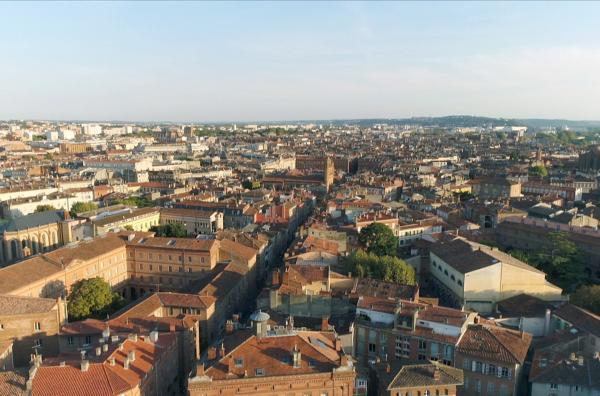Bild 1 von 3: Toulouse trägt mit seinen prächtigen Bauten und alten Industrieanlagen die Spuren einer ganz besonderen Errungenschaft: der Luftpost. Anfang des 20. Jahrhunderts entstand hier ein Dorado für Flugpioniere.