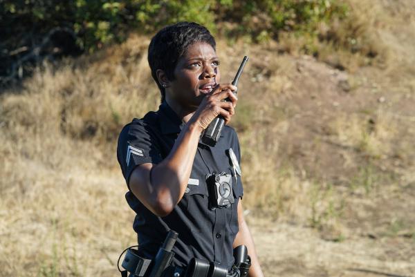Bild 1 von 2: Talia Bishop (Afton Williamson) ruft bei einem Einsatz Verstärkung.