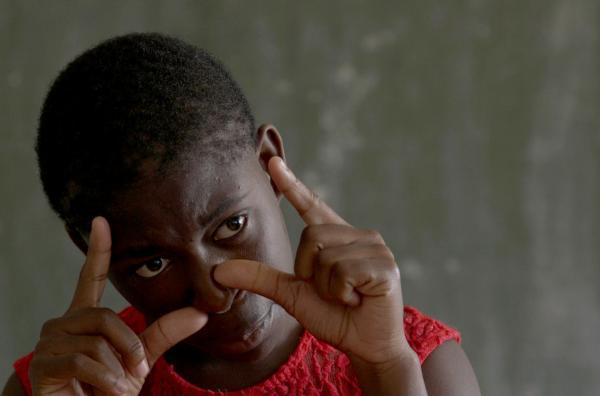 Bild 1 von 4: Gracious ist ein Teenager-Mädchen wie jedes andere -- mit einer Besonderheit: Sie ist gehörlos und verständigt sich mit Zeichensprache.