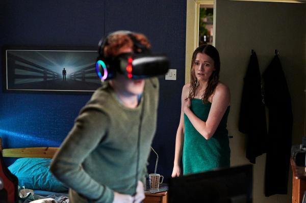 Bild 1 von 4: Alison (Charlotte Ritchie) hat Nicky (Will Merrick) in einem ungünstigen Moment erwischt.