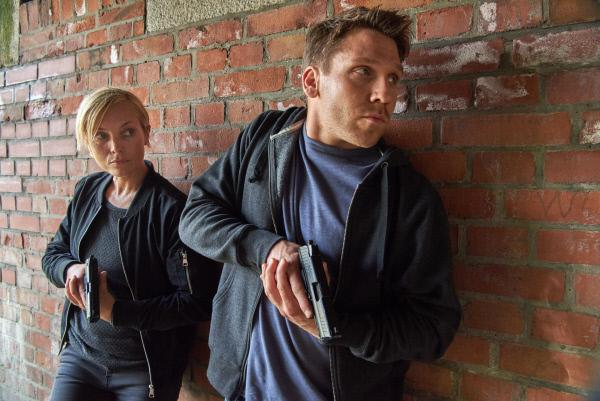 Bild 1 von 15: Isabell Mosbach alias Karla Parker (Nadja Uhl, l.) und ihr Kollege Sellinger (Hanno Koffler, r.) im Einsatz.