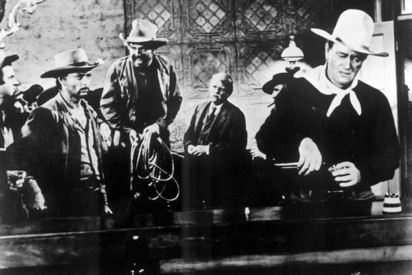 Bild 1 von 1: Der gefährliche Verbrecher Liberty Valance (Lee Marvin, 2.v.l.) und seine kriminellen Kumpanen machen die Kleinstadt Shinbone unsicher. Selbst den furchtlosen Cowboy Doniphon (John Wayne, re.) lassen die Banditen nicht kalt.