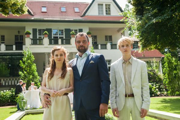 Bild 1 von 15: Max Tackler (Juergen Maurer, M.) posiert mit seinen Kindern Theresa (Josefine Preuß, l.) und Leonhard (Louis Hofmann, r.) für ein Familienfoto.
