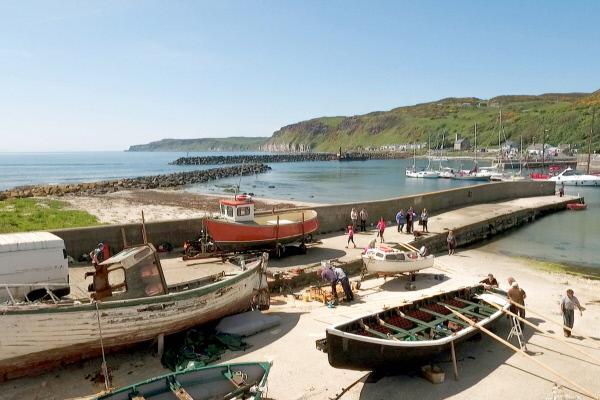 Bild 1 von 5: Im Hafen von Rathlin Island restauriert Philip McFaul ein historisches Holzboot.