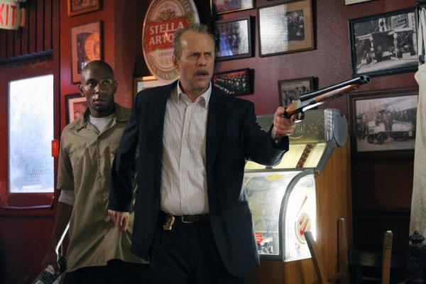 Bild 1 von 7: Der übermüdete Polizist Jack Mosley (Bruce Willis, r.) soll den Kriminellen Eddi Bunker (Mos Def, l.) vom Gefängnis zum Gerichtsgebäude bringen, lächerliche 16 Blocks weit. Da wird ein Anschlag auf Bunker ausgeübt ...