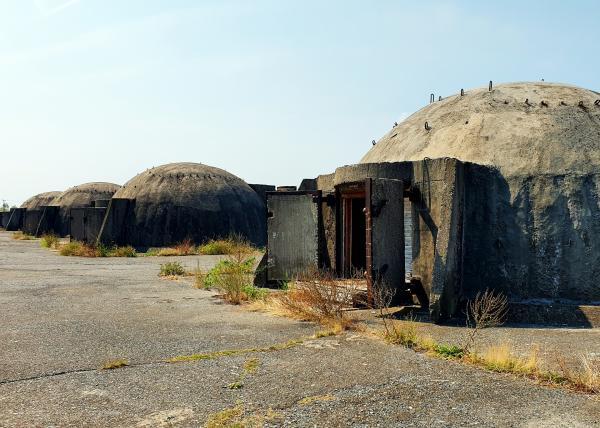 Bild 1 von 3: An Albaniens Küste stehen tausende Bunker des Kalten Krieges.