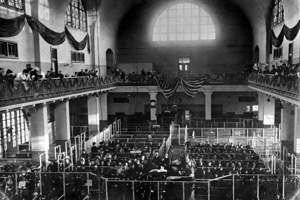 Bild 1 von 5: Die große Halle auf Ellis Island zwischen 1905 und 1912: Hier wurden die Einwanderer bezüglich ihrer Identität befragt und medizinisch untersucht.