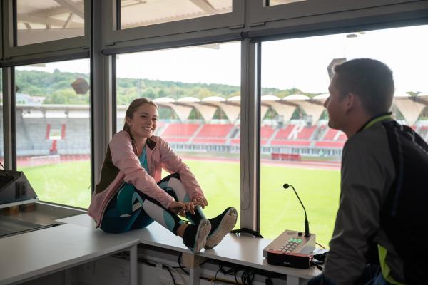 Bild 1 von 6: Viktor (Fridolin Sommerfeld) kann die gestresste Cäcilia (Carlotta Weide) nach dem Training wieder zum Lachen bringen.