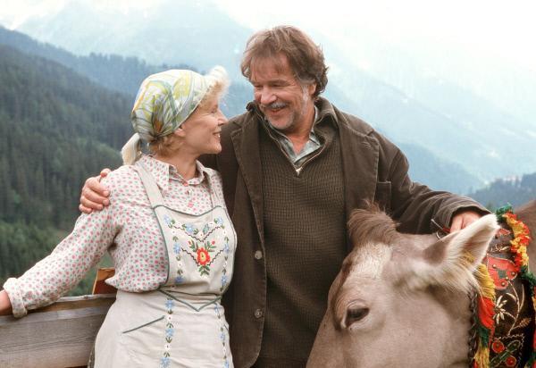 Bild 1 von 6: Aus Liebe zu der Almbäuerin Rosa (Christiane Hörbiger) ist der Fischhändler Hannes (Götz George) sogar bereit, die Meeresküste gegen ein Leben auf der Alm einzutauschen.