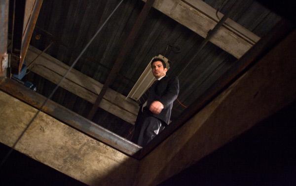 Bild 1 von 11: Detective Bowden (Chris Messina) begutachtet die Unfallstelle.