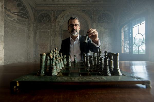 Bild 1 von 13: Der Rechtswissenschaftler Prof. Dr. Martin Avenarius erklärt den Ablauf römischer Gerichtsverhandlungen anhand eines Schachspiels.