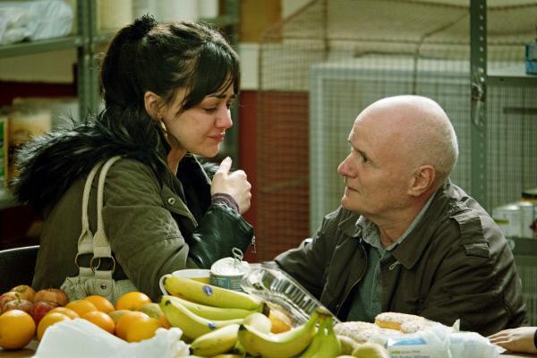 Bild 1 von 5: Nachdem Katie (Hayley Squires, links) bei der Essensausgabe aus Hunger heimlich aus einer Dose gegessen hat und dabei entdeckt worden ist, versucht Daniel (Dave Johns, rechts) sie zu beruhigen.