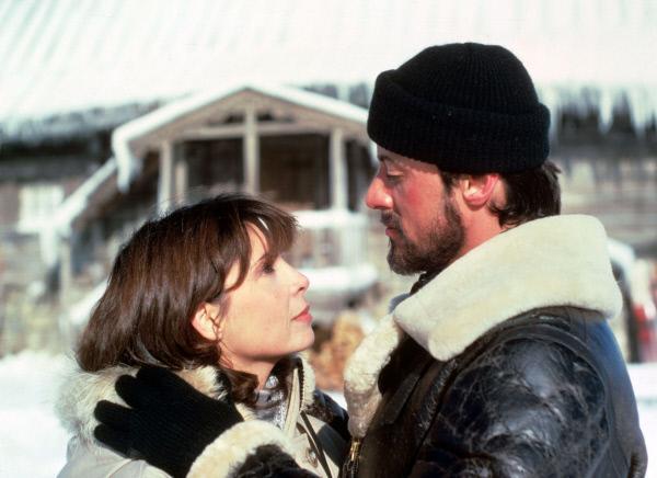 Bild 1 von 11: Obwohl seine Frau Adrian (Talia Shire) ihn eindringlich warnt, will Rocky (Sylvester Stallone) nach Apollos Tod nun selbst gegen den arroganten Russen in den Ring zu steigen und beginnt mit seinem Training in Sibirien.
