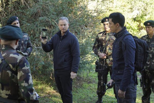Bild 1 von 19: Reisen nach Nepal, um dort den Mord einer Teilnehmerin eines Yogacamps aufzukl�ren: Jack Garrett (Gary Sinise, 3.v.l.) und Matt Simmons (Daniel Henney, 2.v.r.) ...