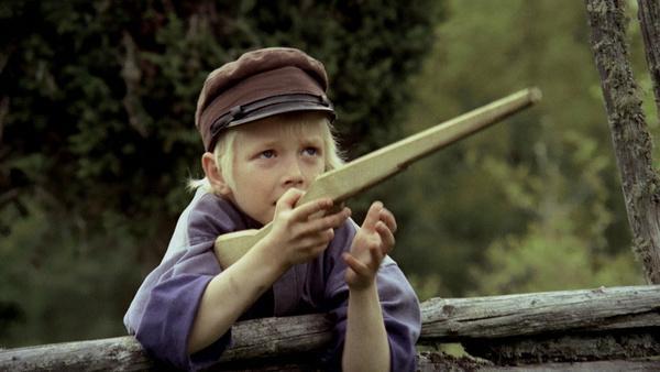 Bild 1 von 2: Zwei Sachen mag Michel (Jan Ohlsson) besonders gern: seine Mütze und das Holzgewehr, das Alfred ihm geschnitzt hat.