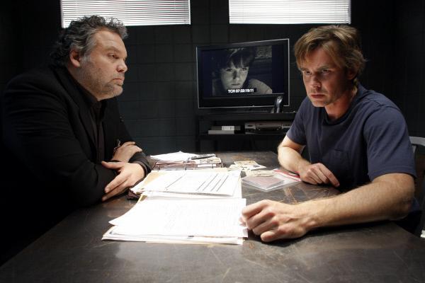 Bild 1 von 3: Robert Goren (Vincent D'Onofrio, l.) und Gray Vanderhoven (Sam Trammell) ermitteln in einem Mordfall. Dafür suchen die Ermittler zunächst den Bruder des Opfers.