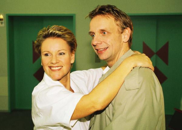 Bild 1 von 11: Nikola (Mariele Millowitsch) ist völlig aus dem Häuschen. Nach Jahren trifft sie ihren Jugendfreund Gerald (Friedrich Karl Praetorius) wieder. Beide erinnern sich noch gerne an ihre erste Nacht...