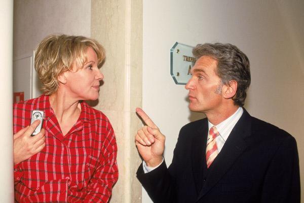 Bild 1 von 11: Nikola (Mariele Millowitsch) und Dr. Schmidt (Walter Sittler) versuchen ihre Zeit im Hotel zu koordinieren, damit sie sich nicht über den Weg laufen...