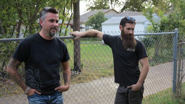 Bild 1 von 3: Richard Rawlings and Aaron Kaufman take time to consider a potential purchase.