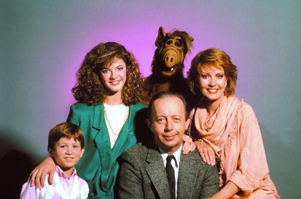 Bild 1 von 3: Alf (hi.) und die Familie Tanner: (v.li.) Brian (Benji Gregory), Lynn (Andrea Elson), Willie (Max Wright) und Kate (Anne Schedeen)