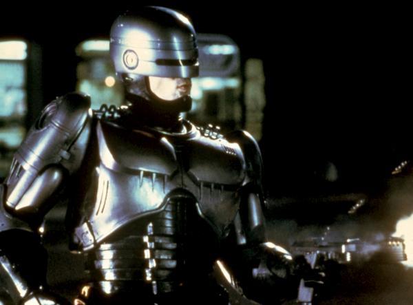 Bild 1 von 3: Alex J. Murphy (Peter Weller) arbeitet für die privatisierte Polizei von Detroit. Als Murphy im Einsatz von Bandenchef Clarence und seinen Männern tödlich verwundet wird, lässt ein skrupelloser Manager des Konzerns OCP, unter dessen Leitung auch die Polizei steht, das Gehirn des Polizisten in einen humanoiden Roboter einpflanzen.