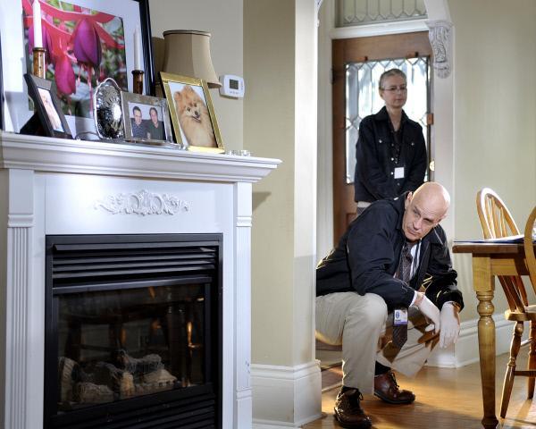 Bild 1 von 3: Raubüberfall oder Familientragödie? Auf der Suche nach verborgenen Blutspritzern untersuchen Kriminologe Dr. Schmunk (Gord McGiverin, vorne) und sein Team das ganze Haus von Mordopfer Kristine Fitzhugh...