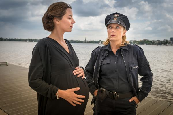 Bild 1 von 9: Marie-Louise Schöller (Julia Grafflage, l.) versichert Claudia (Janette Rauch, r.), dass ihr Verhältnis zu Gerhard Höpfner rein freundschaftlicher Natur war und er nicht der Vater ihres ungeborenen Kindes ist.