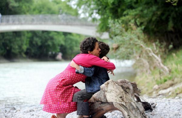 Bild 1 von 7: Irmi (Dorothee Hartinger, links) schließt den vermissten Maxi (Jonas Wittmann, rechts) überglücklich in ihre Arme .