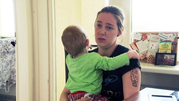 Bild 1 von 4: Vanessa (25) ist derzeit allein erziehend. Die Mutter der beiden Kinder Brendon-Maddox (3) und Stacey-Celine (3 Monate) muss auf Ehemann Dennis verzichten. Der 39-Jährige sitzt schon seit einem halben Jahr in Haft.