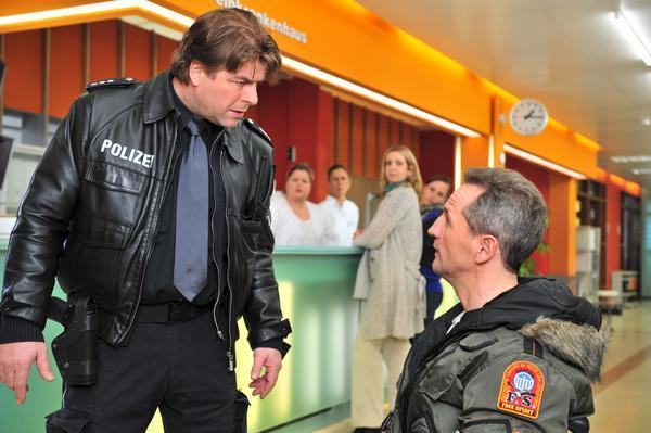 Bild 1 von 10: Henning (Uwe Fellensiek, l.) gerät mit dem Colonel (Tim Wilde, r.) in Streit.