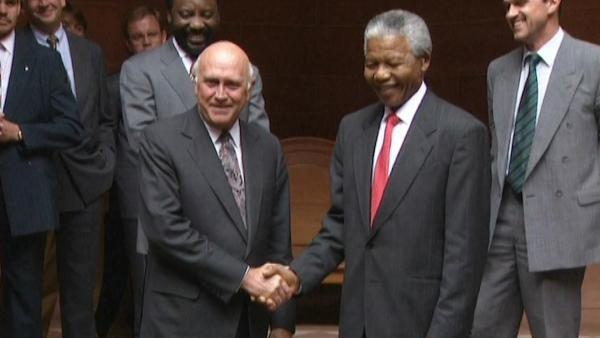Bild 1 von 7: Versöhnung statt Vergeltung - Frederik de Klerk und Nelson Mandela reichen sich die Hände