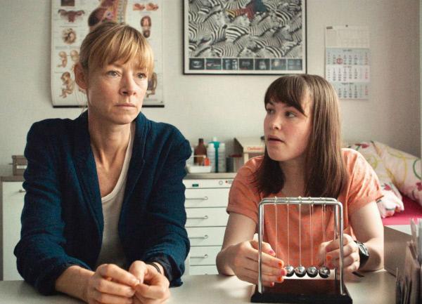Bild 1 von 4: Jenny Schily als Mutter Kristin, Victoria Schulz als Tochter Dora