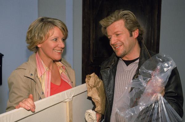 Bild 1 von 11: Nikola (Mariele Millowitsch) trifft im Hausflug wieder auf den etwas ungeschickten Zwischenmieter Richard Grönlechner (Roland Koch), einen Künstler. Die beiden sind sich schnell sympathisch...
