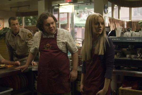 Bild 1 von 25: Zoe (Jordan Hinson, r.) beginnt ihren neuen Job in Vincents (Chris Gauthier, M.) Café Diem, worüber Carter (Colin Ferguson, l.) nicht sonderlich glücklich ist. Für ihn ist das dort ein gefährlicher Ort. Er vergißt jedoch, dass sein Kind mittlerweile nicht mehr so klein ist ...