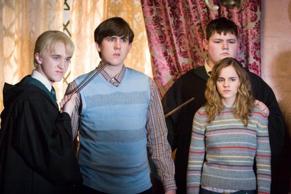Bild 1 von 14: Das Ministerium will nicht glauben, dass Voldemort jeden Moment angreifen kann. Da er deshalb von dort keine Unterst?tzung erhalten wird, gr?ndet er eine Geheimtruppe (v.l.n.r.: Matthew Lewis, Jamie Waylett, Tom Felton, Emma Watson) ...