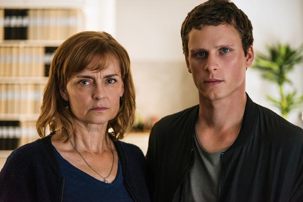 Bild 1 von 5: Hanna (Marie Richardson) und Christian (Adam Pålsson) treffen sich für ihre seltenen persönlichen Besprechungen in einem Safe House.