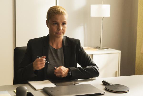 Bild 1 von 15: Ella Schön (Annette Frier) ist gewappnet für ihren ersten Arbeitstag als Referendarin in der Kanzlei. Handy, Laptop, Tischtennisschläger liegen bereit: Es kann losgehen!