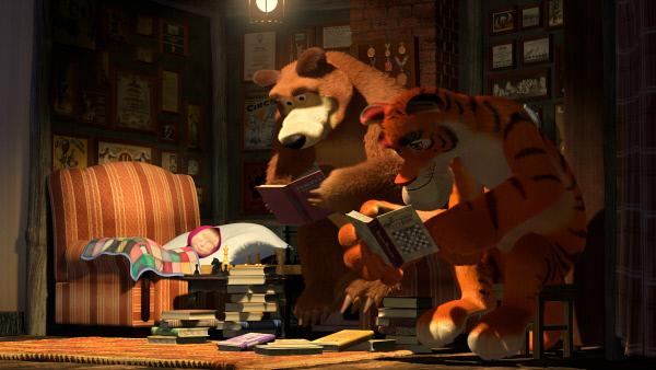 Bild 1 von 3: Solange Mascha schläft, suchen der Bär und der Tiger nach einer Möglichkeit, wie sie Mascha im Schachspiel schlagen können.