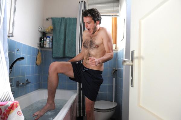 Bild 1 von 5: Florian (Tommy Schwimmer) bereitet sich mit einem \