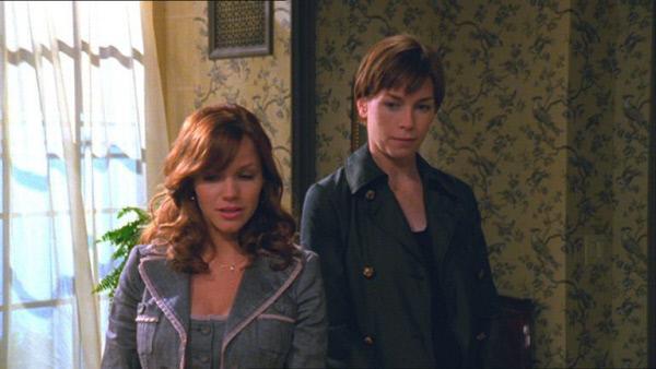 Bild 1 von 3: In Anwesenheit von Detective Wheeler (Julianne Nicholson, r.) gesteht Elaine Bewliss (Alexa Havins) eine Affäre mit einem Investor gehabt zu haben.