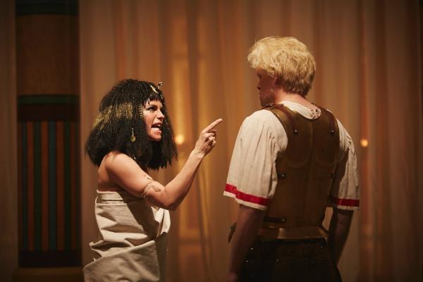 Bild 1 von 6: Explosives Power-Couple der Geschichte: Cleopatra (Isabell Polak) und Kinski-Cäsar (Max Giermann).