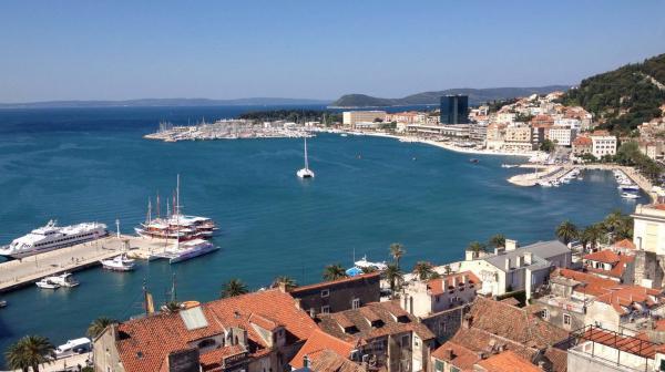 Bild 1 von 1: Die Hafenstadt Split mit dem Hafen.