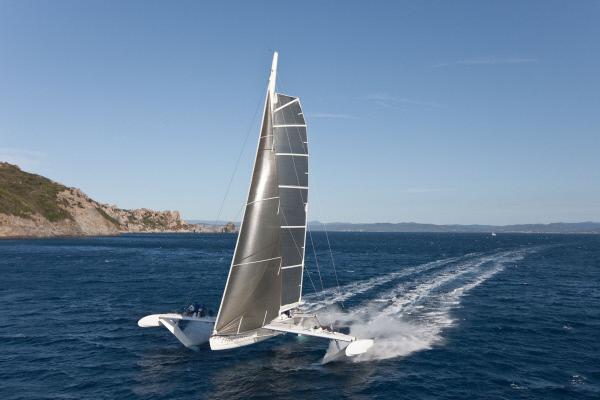 Bild 1 von 1: Mit der Kraft des Windes: Um seine Spitzengeschwindigkeiten erreichen zu können, hebt der Hydroptère ab und berührt nur noch auf drei Kufen die Wasseroberfläche.
