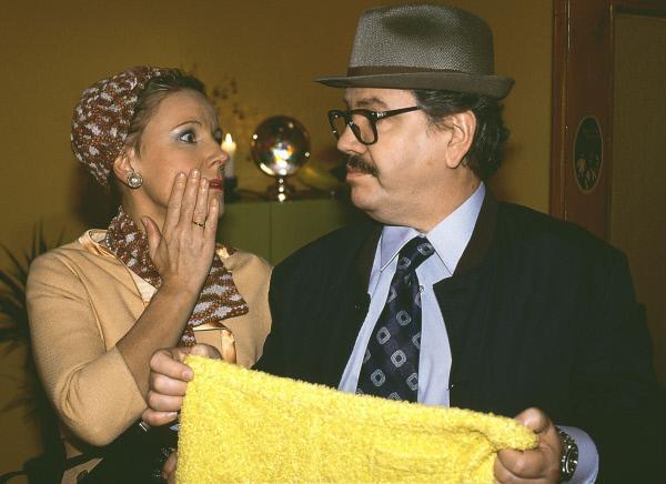 Bild 1 von 7: Familientreffen einmal anders: Peter Millowitsch spielt in einem Rückblick den Vater von Nikola (Mariele Millowitsch). Und der fragt sich: Wem gehört die Unterhose?