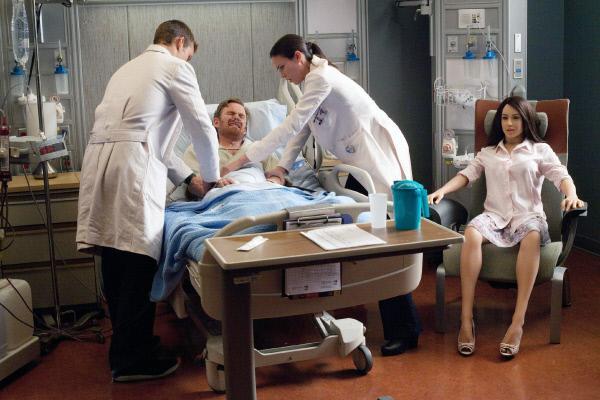 Bild 1 von 12: Dr. Chase (Jesse Spencer, li.) und Dr. Adams (Odette Annable) untersuchen ihren Patienten Henry (Kevin Christy), der mit einer Sexpuppe zusammenlebt. Ist 'Amy' die Ursache seiner Beschwerden?