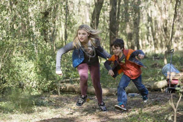 Bild 1 von 15: Cassie Sullivan (Chloë Grace Moretz) und ihr Bruder Sam Sullivan (Zackary Arthur) sind stets auf der Flucht vor den Aliens, die in tödlichen Wellen die Menschheit auszulöschen drohen. Doch ob sie zu zweit standhalten können?