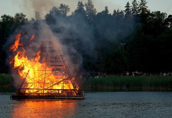 Bild 1 von 5: Johannisfeuer, Mitsommerfest in Karelien.