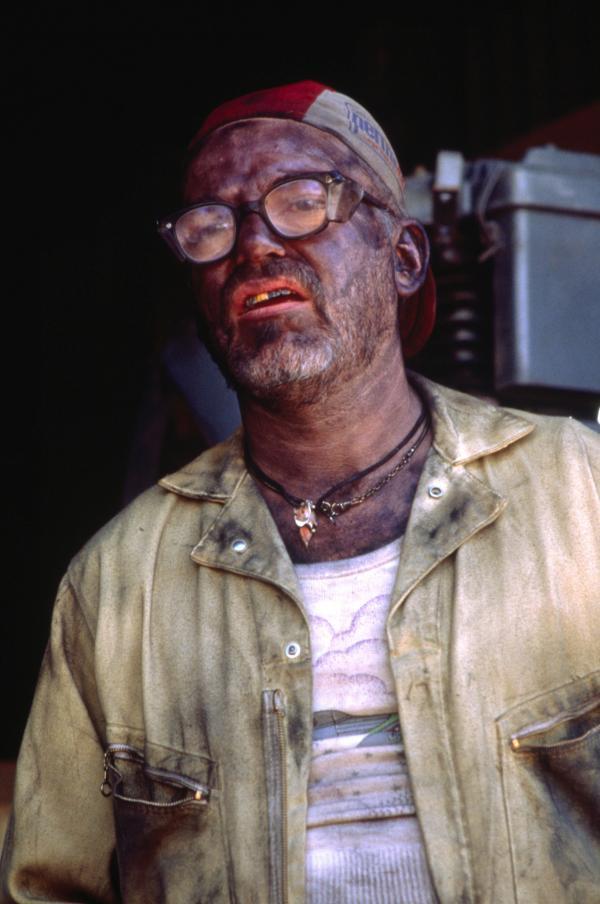 Bild 1 von 12: Eine ganz eigenwillige Arbeitsauffassung hat der Mechaniker Darrell (Billy Bob Thornton), der Bobby nicht viel Hoffnung macht, dass sein Auto bald wieder fährt.